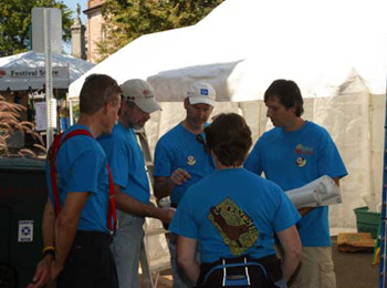 Volunteer confab; image by Andy Qualls